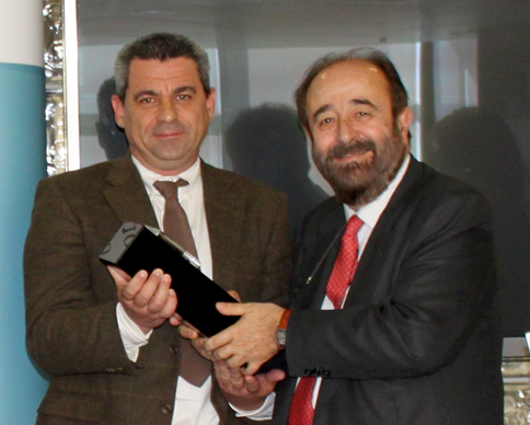 Ganador_recibe galardón JRM
